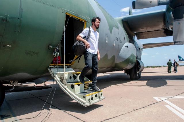 Diretor do SEB, biólogo Daniel Moura desembarca no Piauí com a FAB em ação de resgate de animal