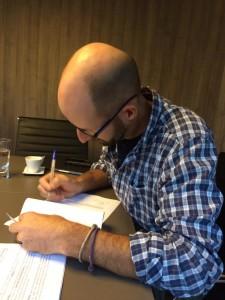 Presidente do SEB, Scott Blais assina contrato de doação da Rana em 14 de novembro de 2018